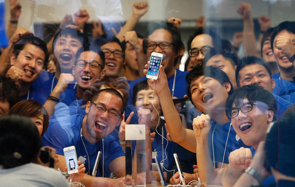 Это очередь у Apple Store на главной торговой улице Токио Гинзе в ночь перед началом продажи новых моделей iPhone 5S и 5С