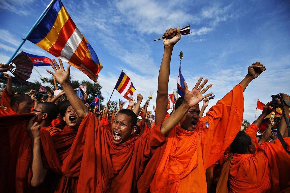Буддийские монахи на митинге оппозиционной Партии национального спасения Камбоджи