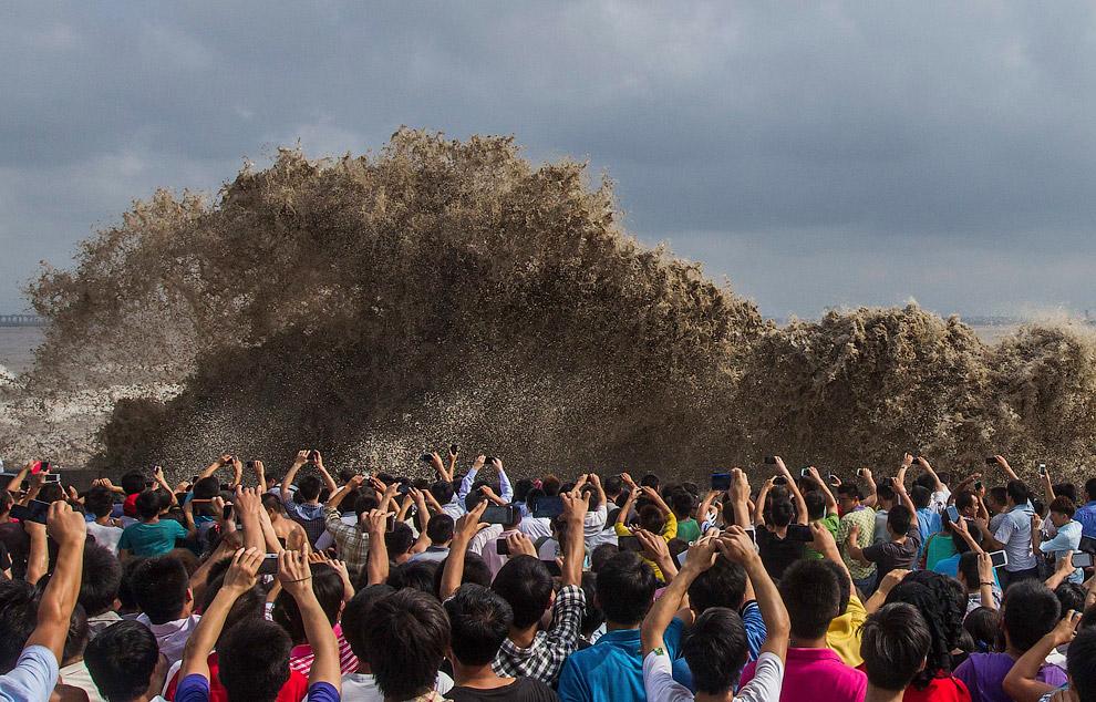 С приближением супертайфуна Усаги, которому китайские метеорологи назначили высший красный уровень опасности, южные китайские прибрежные провинции эвакуируют жителей прибрежных районов