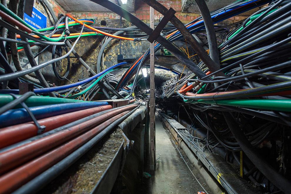 Хитросплетения проводов в метро, Лондон, Великобритания