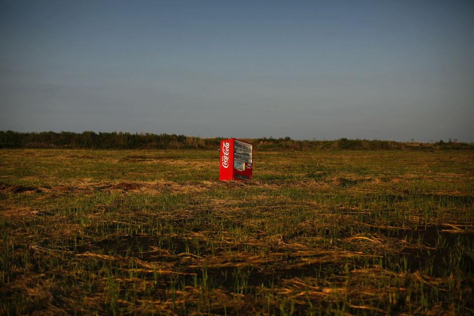 Торговый автомат, который принесло цунами в заброшенные рисовые поля внутри зоны отчуждения в префектуре Фукусима