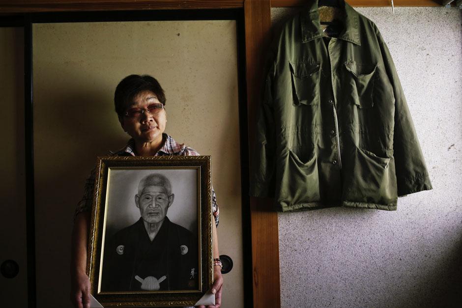 59-летняя женщина с портретом своего отца, где он покончил с собой, префектура Фукусима