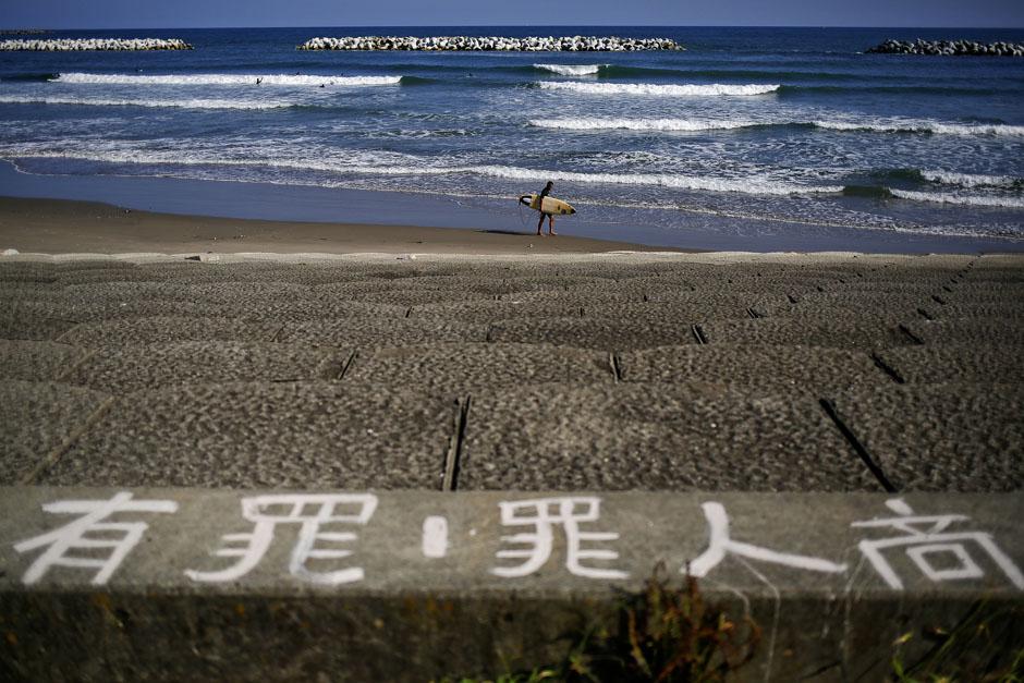 Пляже возле города Иваки, 19 сентября 2013. Здесь видно бетонное заграждение от возможных цунами