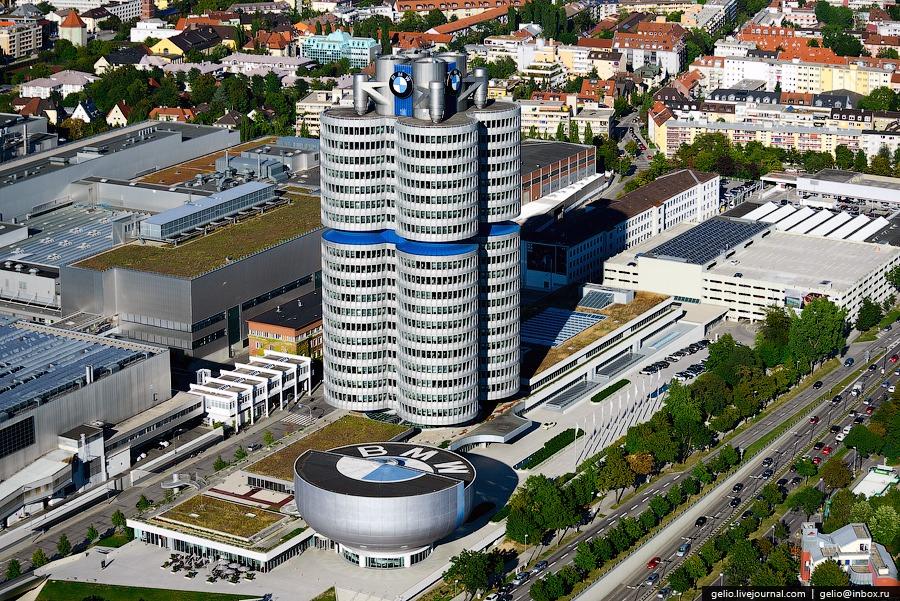 Здание на переднем плане — музей BMW