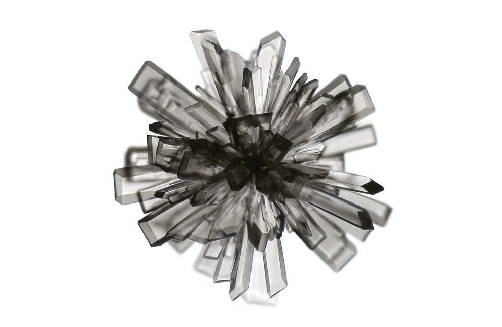 100-кратное увеличение кристалла аскорбиновой кислоты