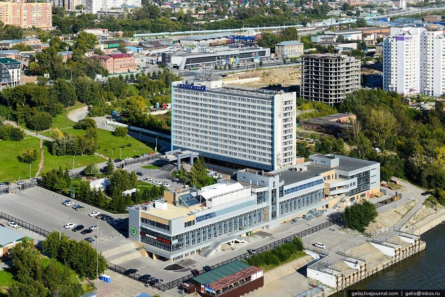 Возле гостиницы расположено реконструированное здание речного вокзала