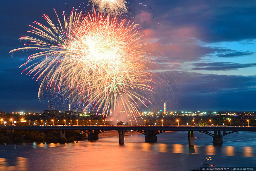 Праздничный фейерверк в честь Дня города на набережной Оби