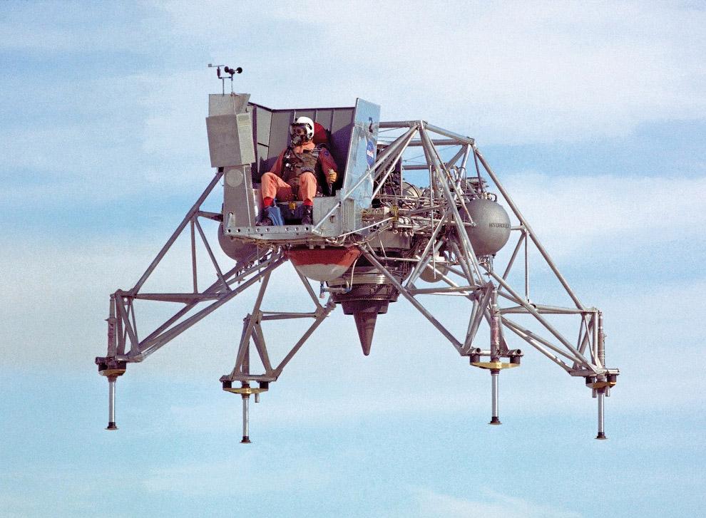 Еще один спускаемый модуль вертикального взлета и посадки, построенный в 1964 году, был частью проекта «Аполлон», с целью которого была первая пилотируемая высадка на Луну