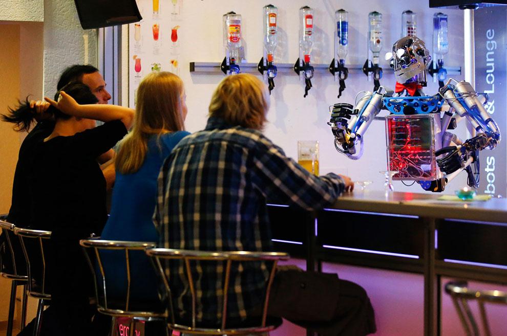 """Робот-бармен """"Карл"""" в восточном немецком городе Ильменау"""