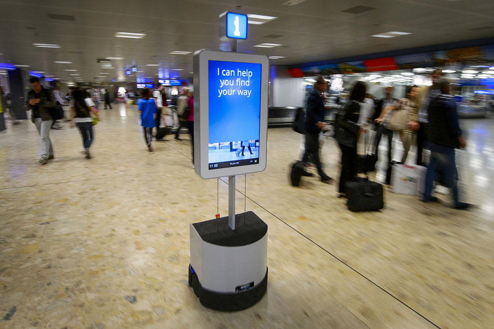 Этот робот в женевском аэропорту  сопровождает туристов в десятках направлений, таких как поиск тележек, банкоматов, камер хранения