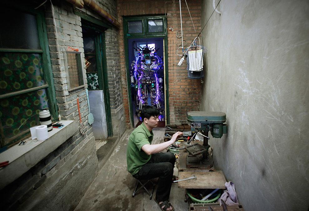 Роботов делают не только корпорации, но и частные изобретатели. Такие как этот китайский изобретатель, собирающий робота во дворе своего дома в Пекине