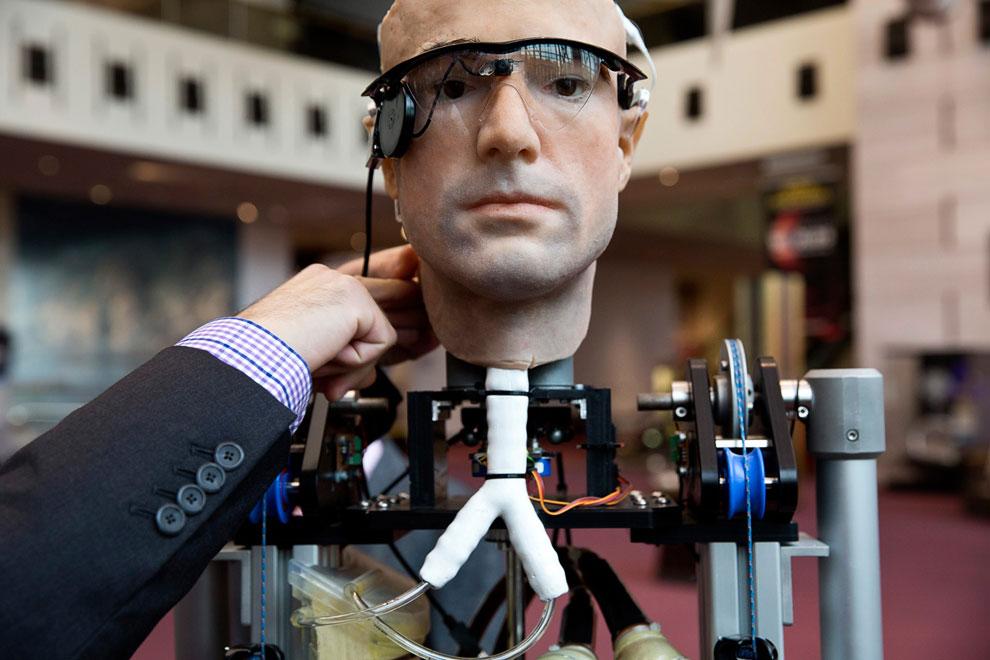 Первый в мире бионический робот, именуемый разработчиками из Смитсоновского института «The Incredible Bionic Man»