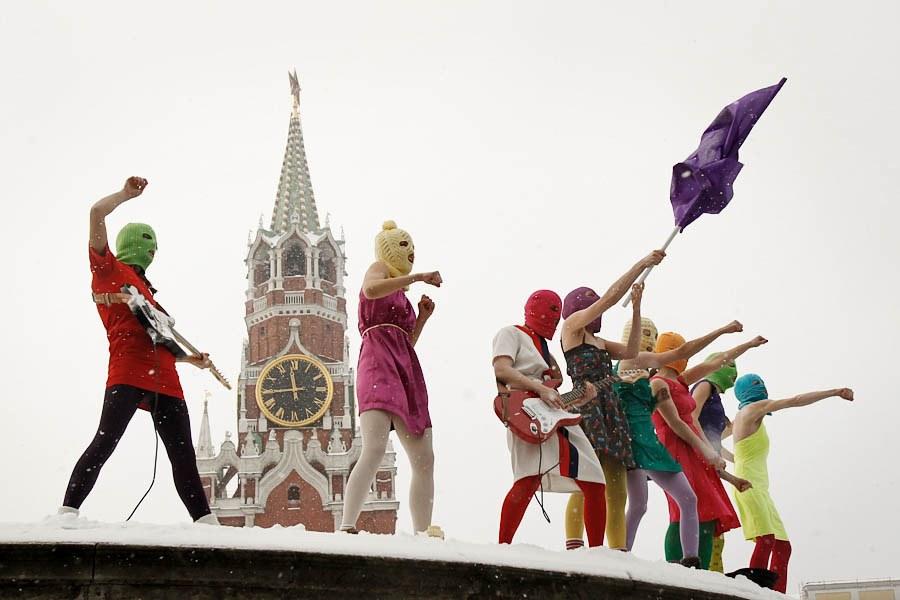 Pussy Riot на Красной площади исполняют песню «Путин зассал»