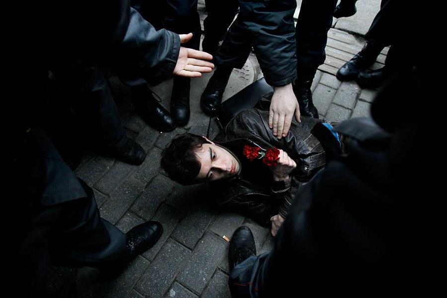 Полицейские окружили протестующего во время традиционной акции оппозиции 31 числа «Стратегия-31»