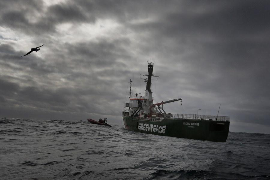 Кстати, нашумевшая недавняя акция экологов Greenpeace на нефтедобывающей платформе «Приразломная» в Арктике была не впервые