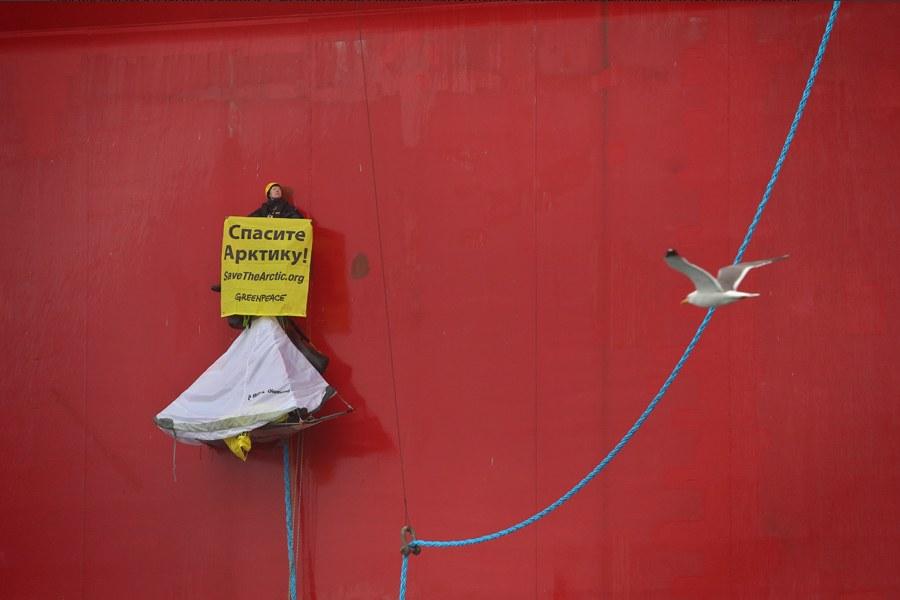 Они поднялись по тросам вверх вдоль высокого борта платформы на высоту 30 метров от уровня воды, закрепились, устроили себе здесь люльки-палатки. Они имели запасы еды и питья. Участники акции развернули плакаты с надписями «Спасите Арктику» и «Не убивайте Арктику»