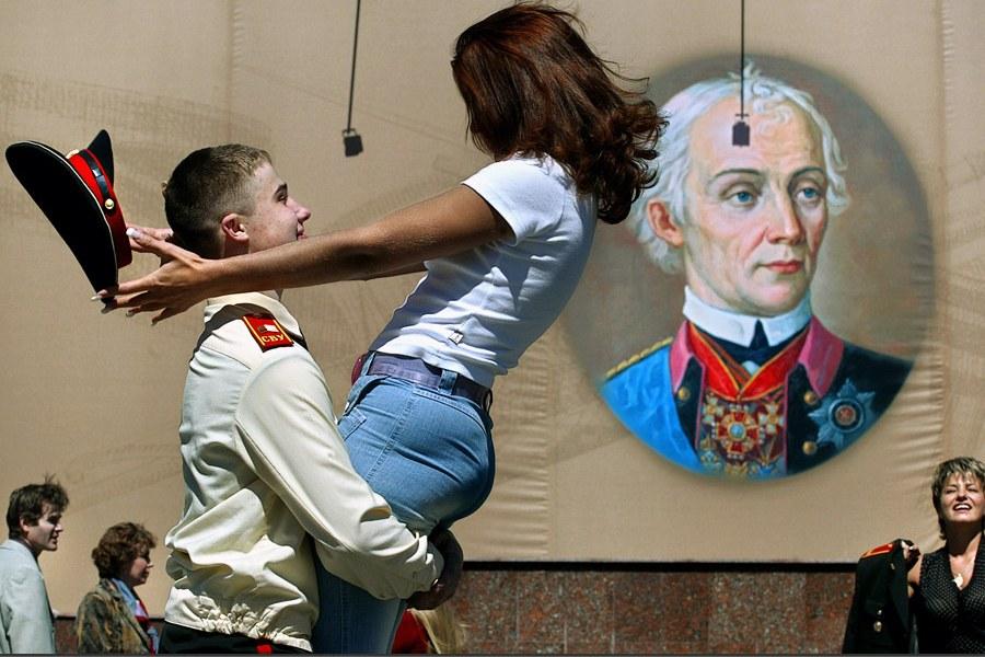 Кадет Суворовского военного училища с девушкой