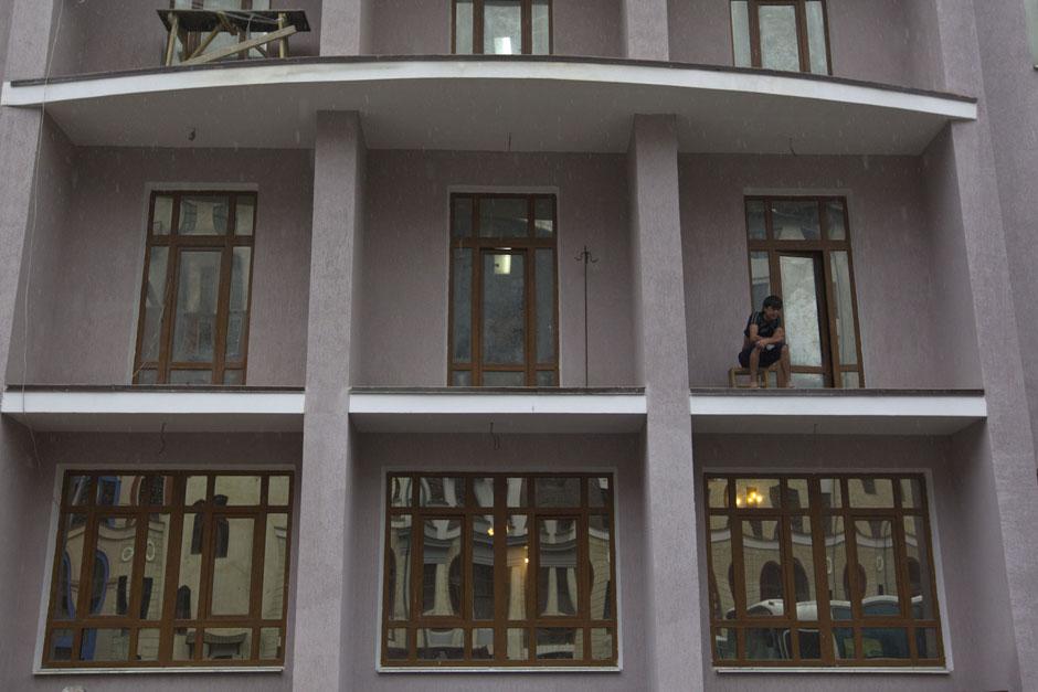 Рабочий-мигрант на балконе в поселке Красная Поляна