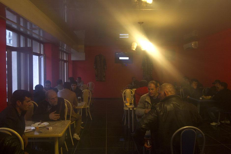 Рабочие-мигранты в кафе в поселке Красная Поляна