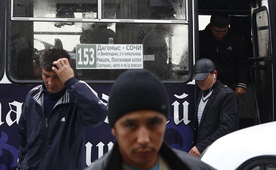 Мигранты на автобусной остановке в центре Сочи