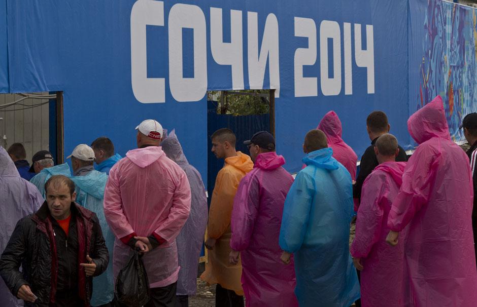 Строители стоят в очереди, чтобы попасть в столовую Олимпийского парка в Адлерском районе Сочи