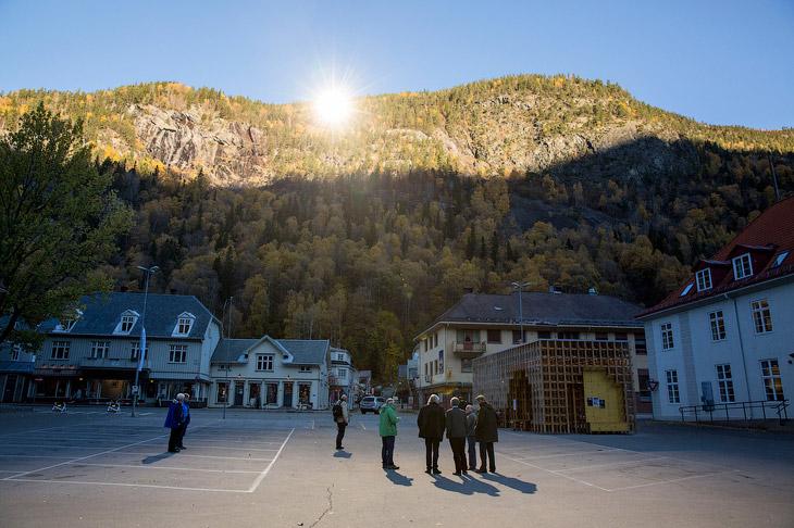 Гигантские зеркала для освещения темной долины в Норвегии