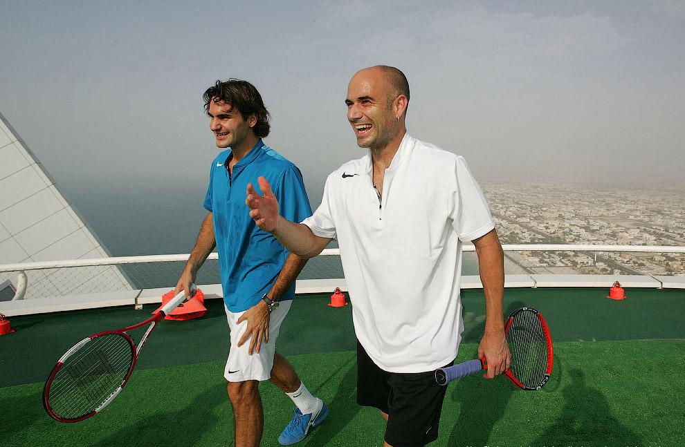 Федерер и Агасси играют в теннис