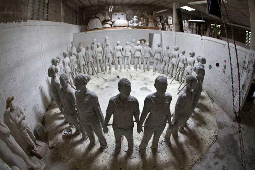 Скульптор Джейсон де Кейрес Тейлор создал это кольцо из детей, держащихся за руки, в 2007 году