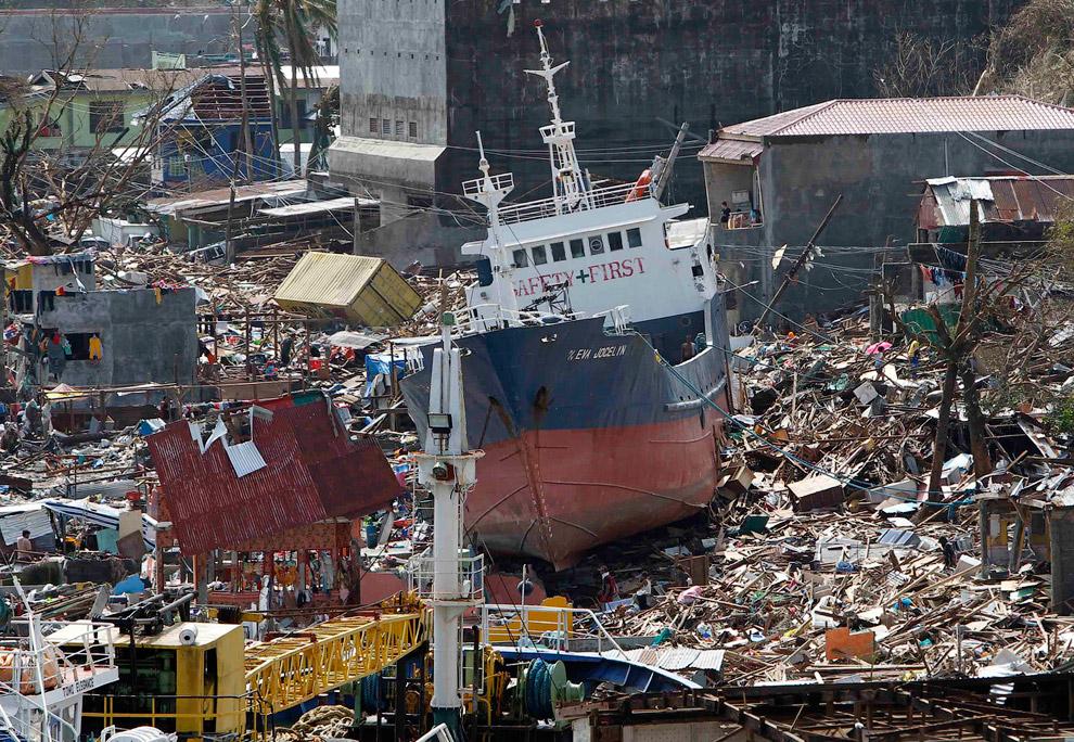 Домики на Филиппинах довольно хлипкие. Более серьезные строения сохранились лучше. И тайфун запросто передвигал большие корабли