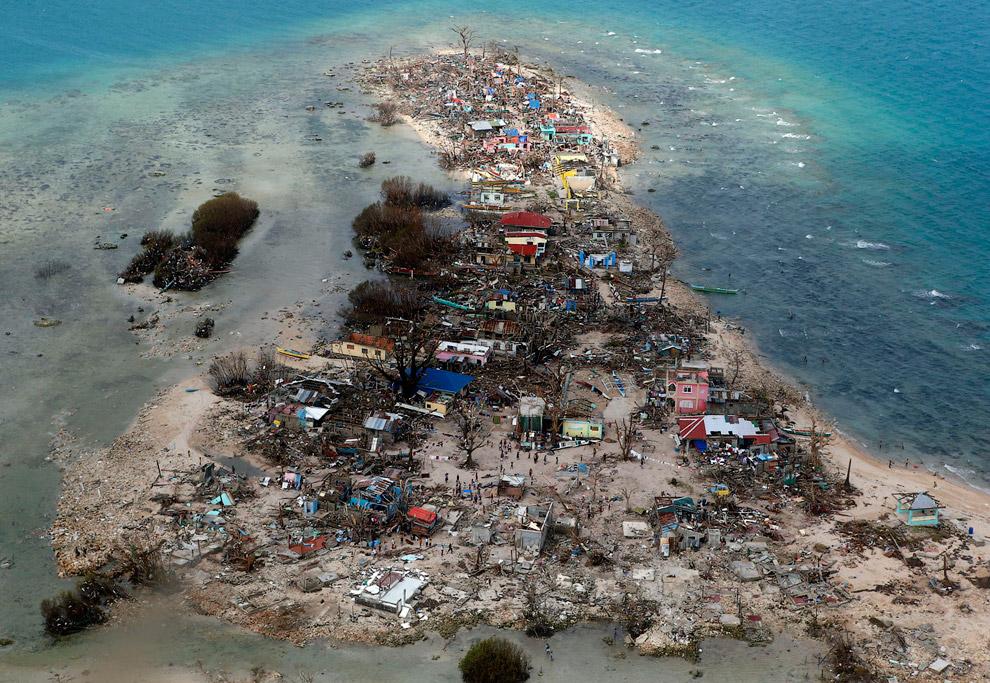 Разрушенный прибрежный город в провинции Самар