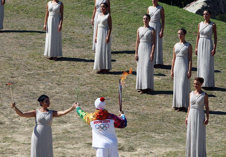 29 сентября на развалинах храма богини Геры, в древнем городе Олимпия, который дал название играм, прошла церемония зажжения Олимпийского огня от солнечных лучей с помощью параболического зеркала