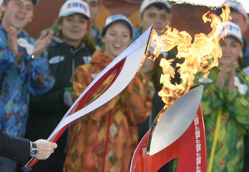 В начале октября Олимпийский огонь прилетел спецрейсом в Москву