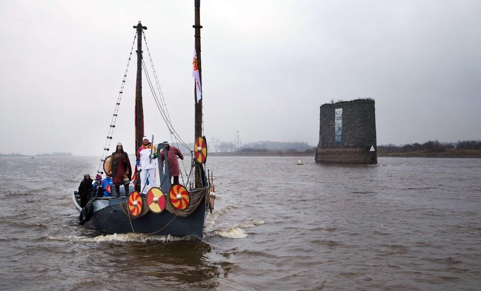 Ладья с факелом прибывает в Великий Новгород