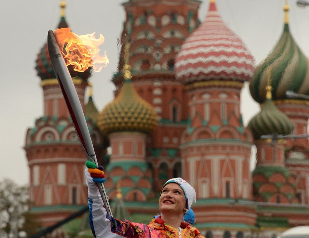 Трехкратная чемпионка мира и двукратная олимпийская чемпионка по спортивной гимнастике Светлана Хоркина с факелом