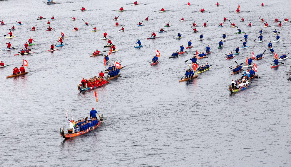 Лодки-драконы с олимпийским факелом на Волге в Твери