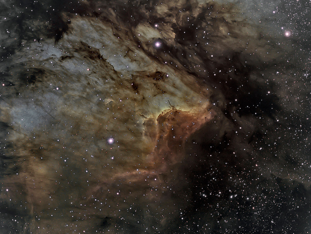Светящаяся полоса в туманности Пеликан