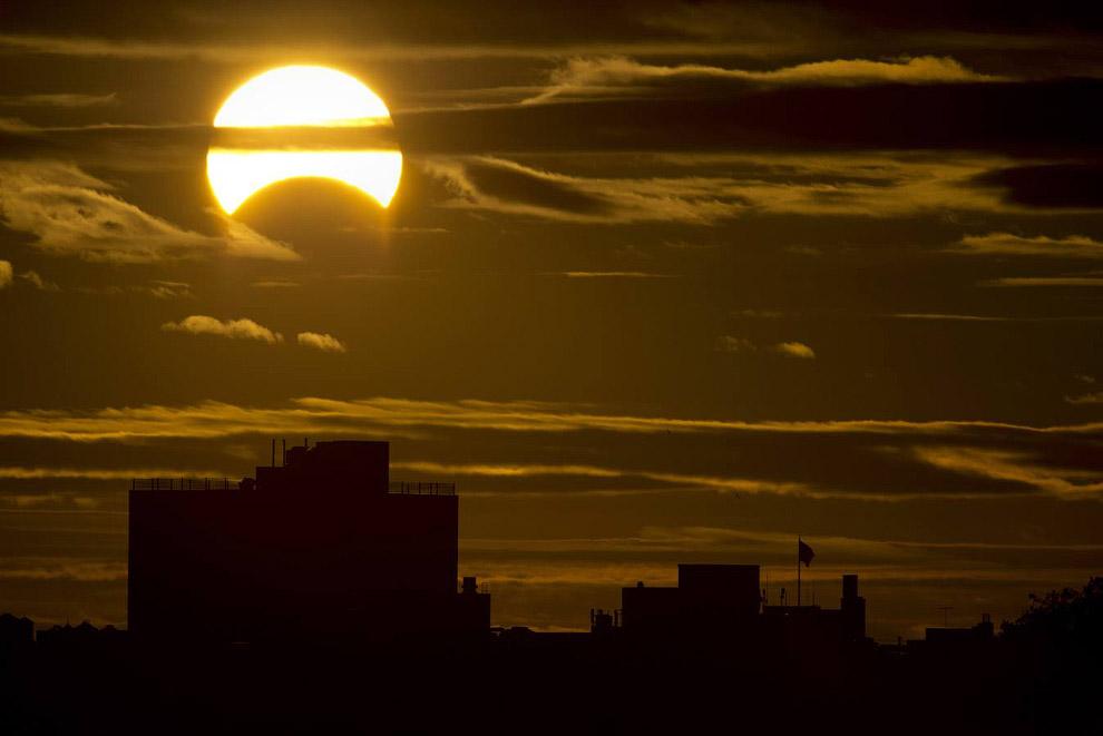 Редкое гибридное солнечное затмение в Нью-Йорке