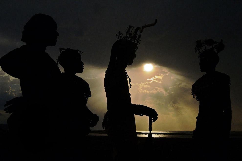 Гибридное солнечное затмение на берегу озера Туркана, Кения