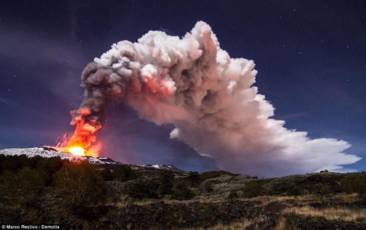 Этна — самый большой активный вулкан Италии, превосходящий своего ближайшего «соперника» Везувия более, чем в 2,5 раза
