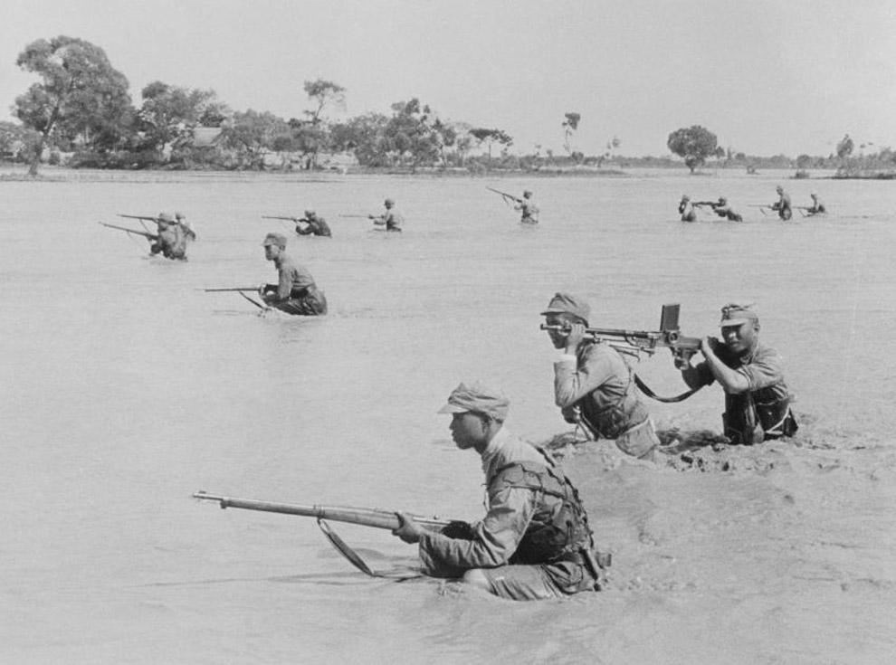 Солдаты национально-революционной армии во время наводнения на реке Хуанхэ в 1938 году