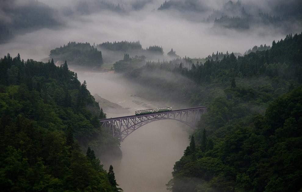 Железнодорожный мост через в утреннем тумане в префектуре Фукусима, Япония