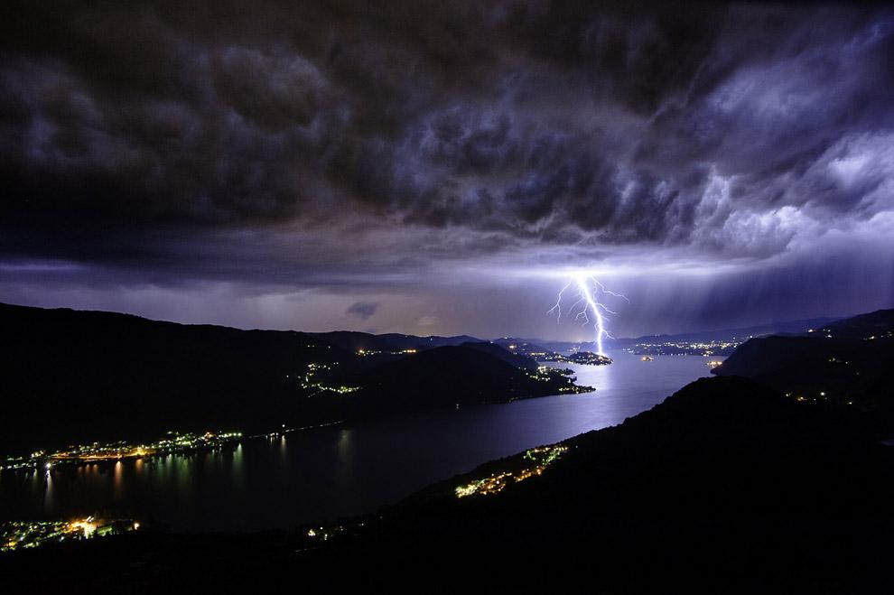 Гроза над озером Орта в Италии