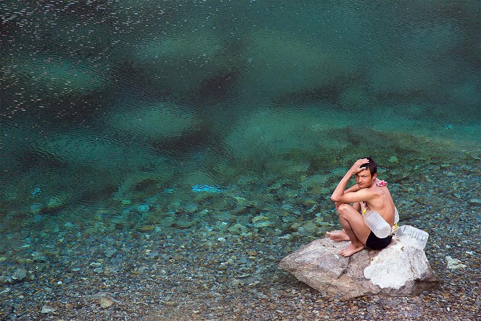 Человек у озера в Таджикистане