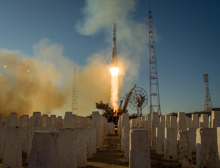 Старт космического корабля «Союз» с олимпийским факелом