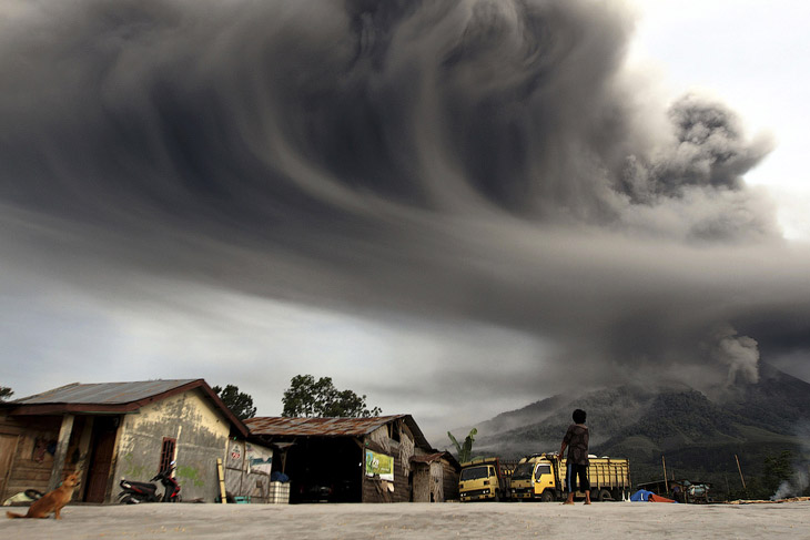 Извержение вулкана Синабунг на Суматре