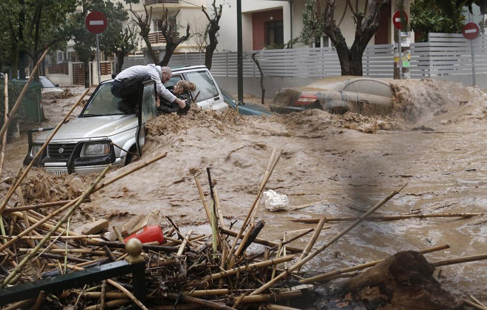 В Афинах произошло сильнейшее за полвека наводнение