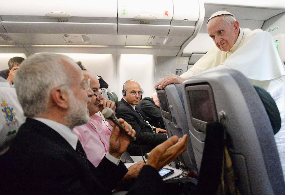 В своем первом зарубежном визите на фестиваль католической молодежи в Бразилии папа римский Франциск, известный свои аскетичным поведением в быту еще до избрания, продолжил задавать новые стандарты поведения понтифика
