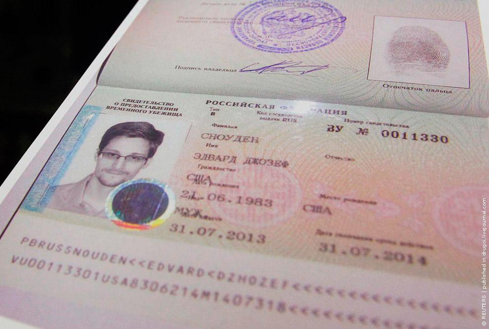 31 июля 2013 разоблачитель американских спецслужб, бывший сотрудник ЦРУ Эдвард Сноуден, обратившийся к России с просьбой предоставить ему убежище, получил документы, позволившие ему покинуть аэропорт «Шереметьево»