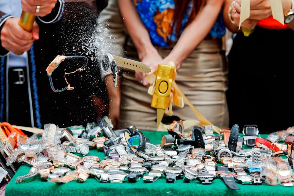 Борьба с подделками в Таиланде. 21 августа 2013 полицейские и таможенники в ходе специальной акции для прессы уничтожили в Бангкоке партию контрафактных товаров на $49 млн долларов