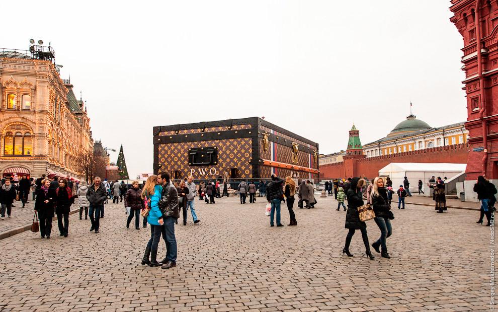 В конце ноября огромный павильон в виде сундука Louis Vuitton с выставкой «Душа странствий» был установлен в рамках мероприятий к 120-летию ГУМа